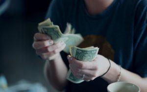 25歳で300万円以上貯金している人は多い?必要な年収を解説